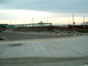 仙台空港の空港ターミナルの入り口の駐車場付近