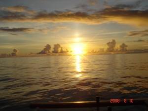 小笠原丸からの朝日か夕日かどっちか
